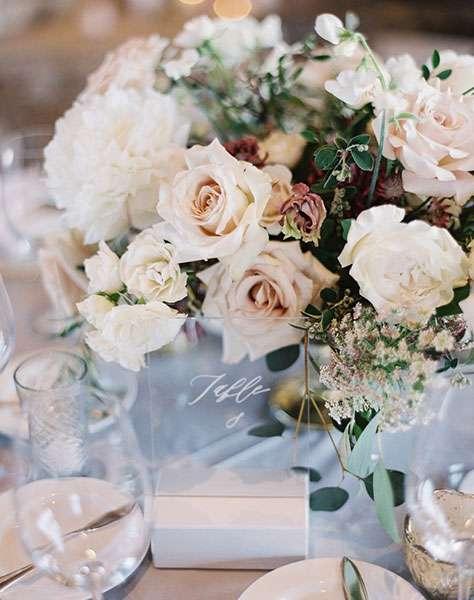 Güller ve Cam Masa Numarasıyla Süslenmiş Masa