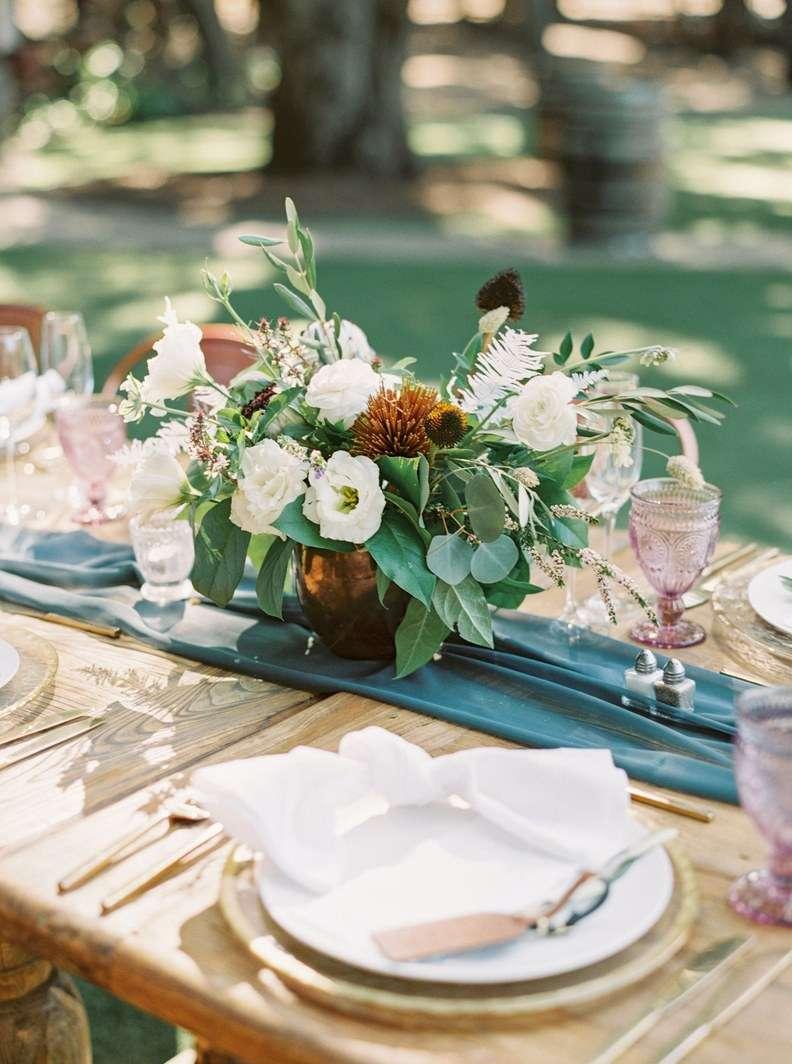 Bakır Vazoda Çiçeklerle Süslenmiş Rustik Dekorasyon