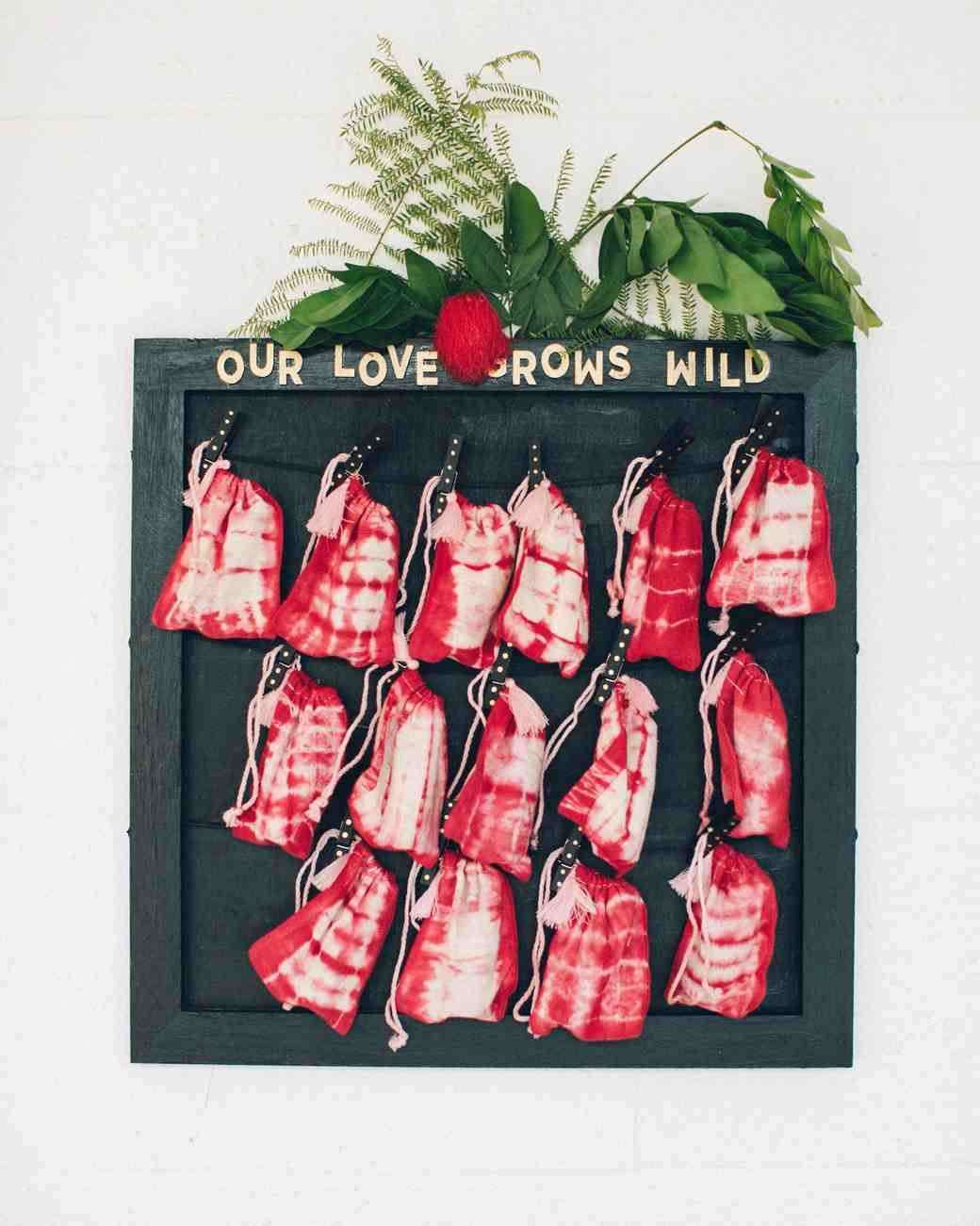 Batik Boyalı Kırmızı Keseler İçinde Tohumlar