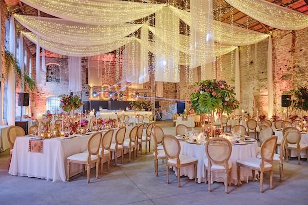 Aisha Weddings - Sarkan Işık ve Tül Ağırlıklı Dekorasyon