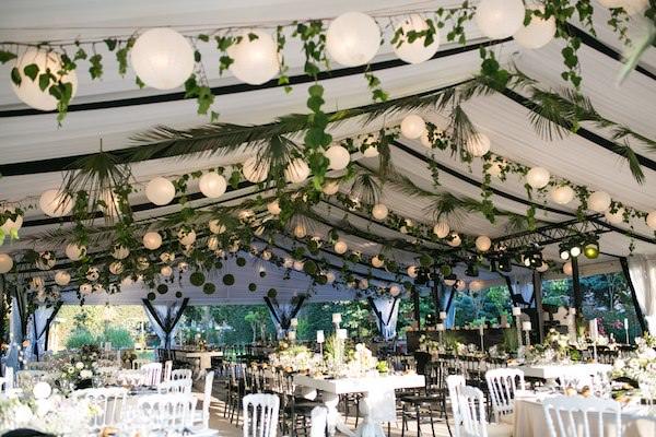 Aisha Weddings - Yaprak ve Büyük Işıklarla Dekorasyon