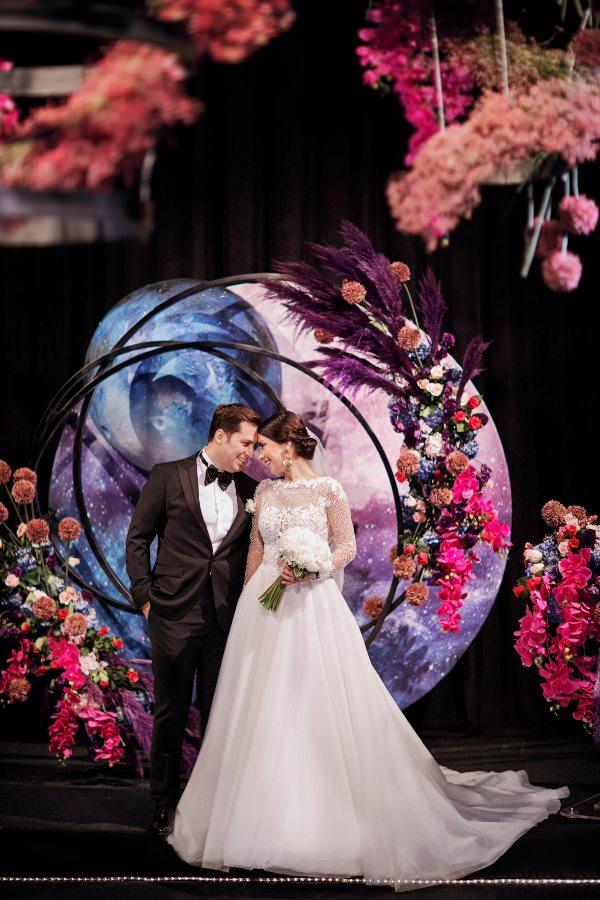 Brides Project - Koyu Renk Çiçeklerle Yapılan Dekorasyon
