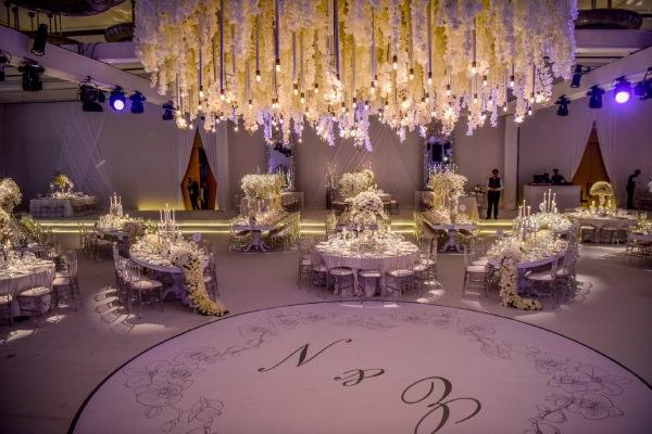KM Events - Beyaz Sarkıt Çiçeklerle Dans Pisti Dekoru