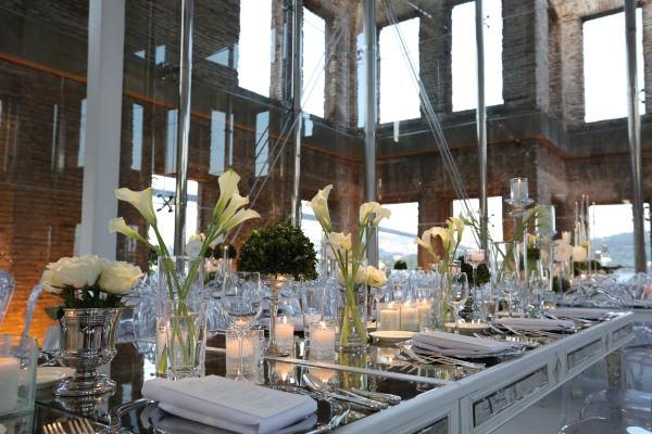 Lavin Event - Beyaz Gül ve Kala Çiçeği Ağırlıklı Masa Düzenlemesi