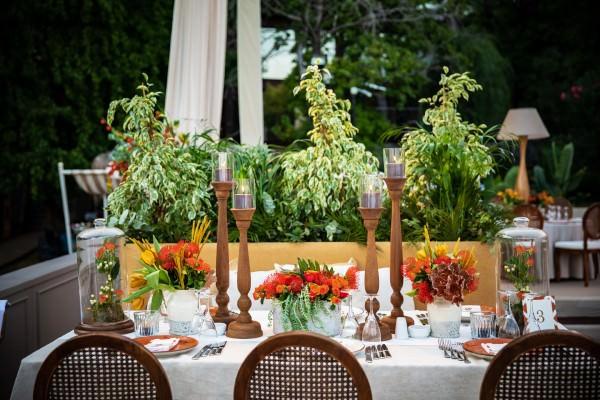 S Design - Ahşap ve Turuncu Çiçek Ağırlıklı Masa Düzenlemesi