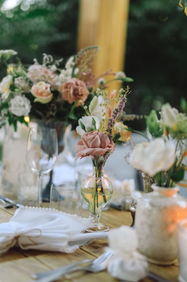 Vesaire - Küçük Vazolarda Minimal Çiçek Düzenlemeleri