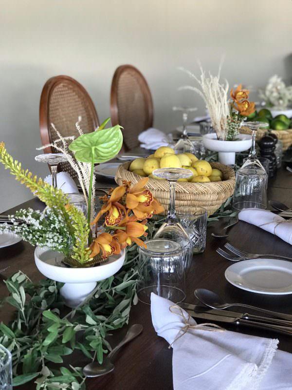 Vesaire - Turuncu Çiçekler ve Limonlarla Masa Düzenlemesi