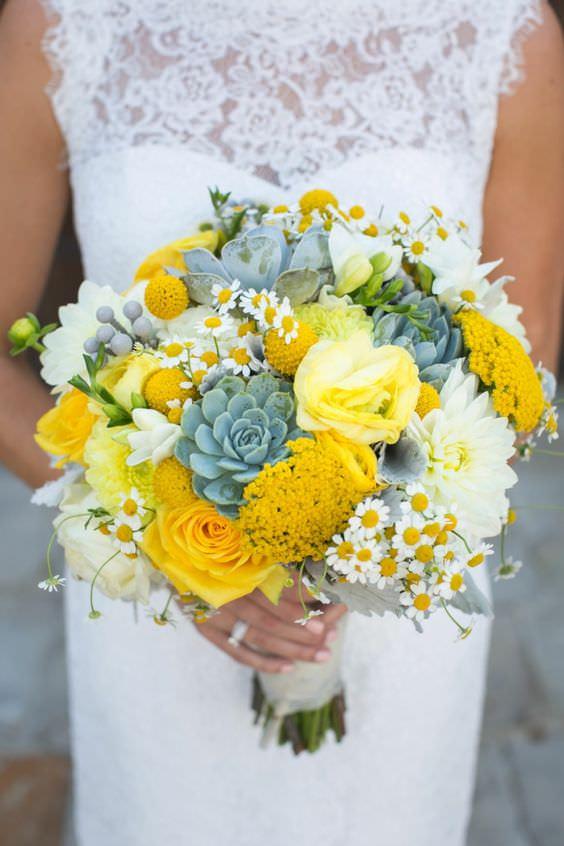 Sarı Çiçekler Yoğunlukta Sukulent ve Papatya Detaylı Gelin Buketi