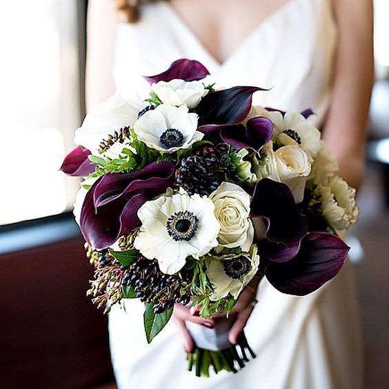 Koyu ve Açık Tonlarda Çiçek Aranjmanlı Gelin Buketi