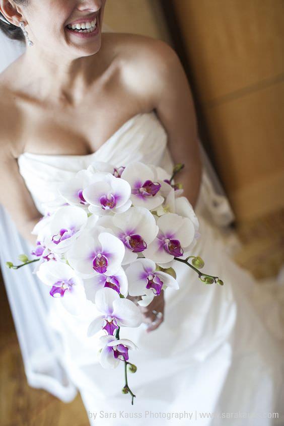İçi Mor Beyaz Orkidelerden Sarkıt Gelin Buketi
