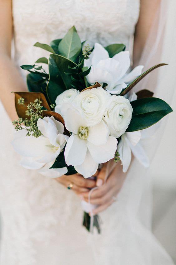 Beyaz Manolya, Güller ve Yeşil Yapraklardan Oluşan Gelin Buketi
