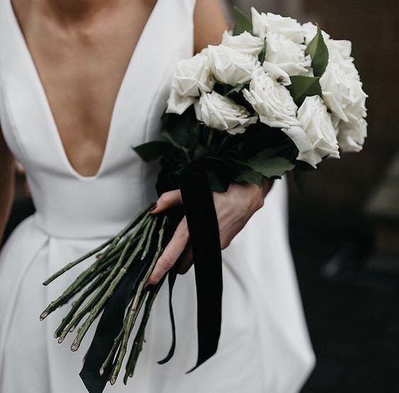 Beyaz Güllerden Siyah Kurdeleli Gelin Buketi