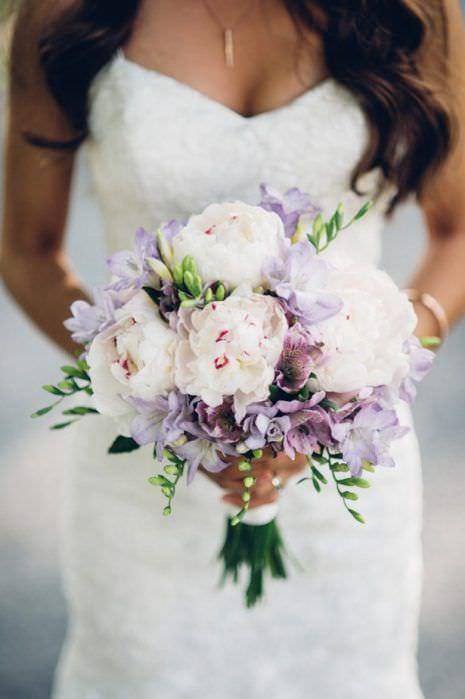 Lila ve Açık Renkle Çiçeklerden Oluşan Gelin Buketi