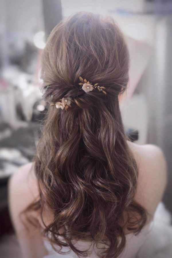 Çiçekli Minimal Saç Aksesuarlı Yarım Toplu Saç Modeli