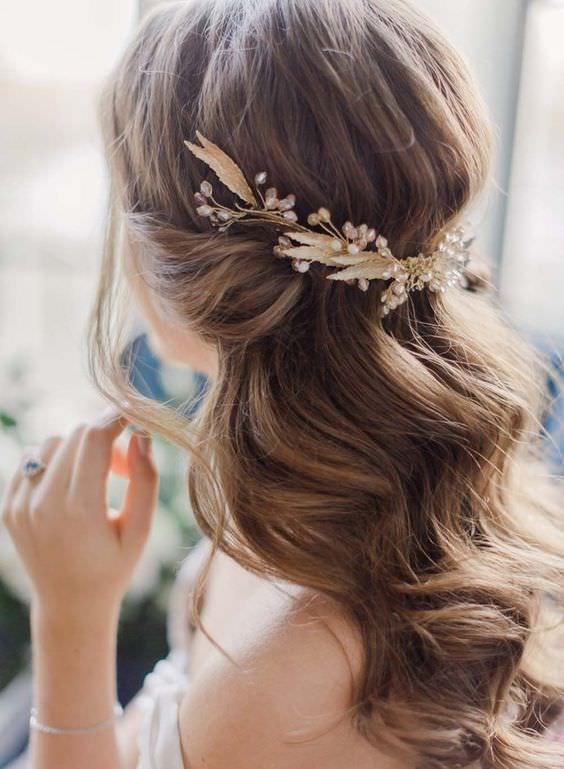 Gold Saç Aksesuarlı Yarım Toplu Gelin Saçı
