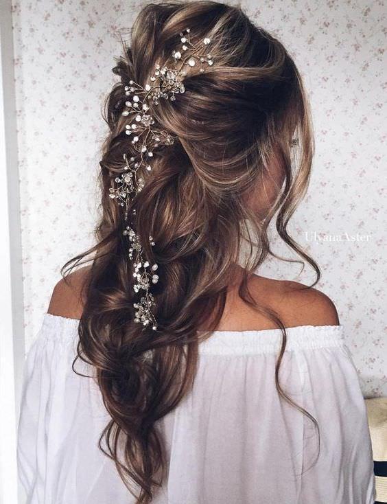 Uzun Saç Aksesuarlı Yarım Toplu Gelin Saçı