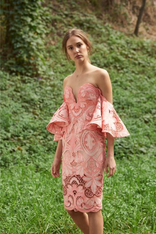 Thurley Düşük Omuzlu & Kalp Yakalı Pembe Güpur Elbise