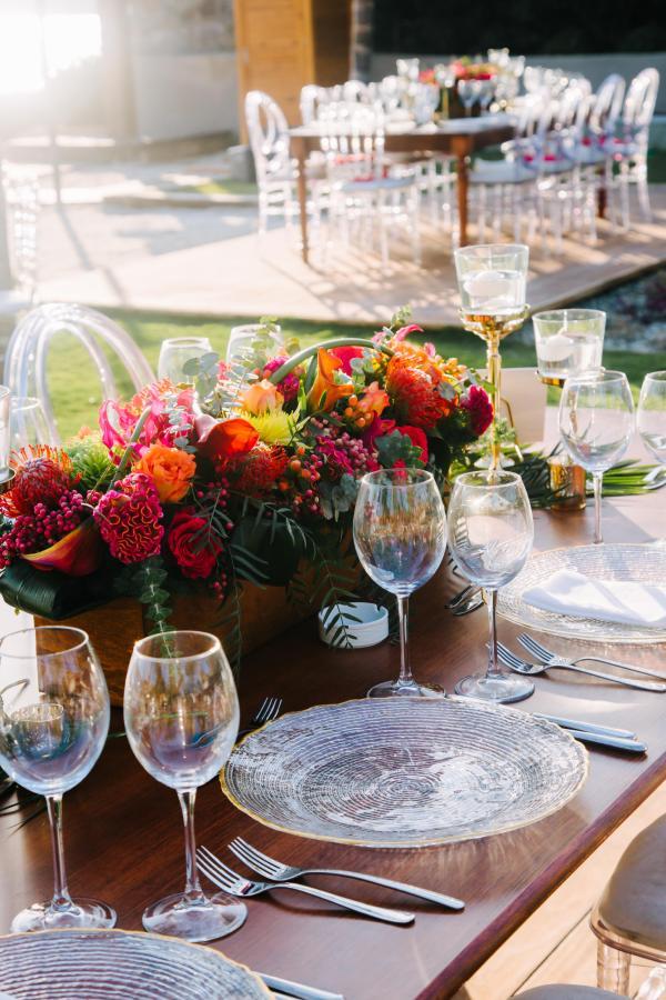 Nilyum Wedding & Event Design - Canlı Renkte Çiçeklerle Masa Dekorasyonu