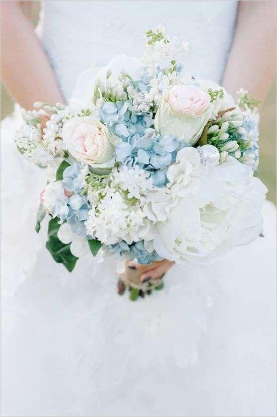 Mavi Ortanca ve Beyaz Çiçeklerden Soft Gelin Buketi