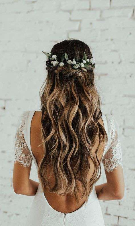 Çiçek Saç Aksesuarlı Yarım Toplu Gelin Saçı