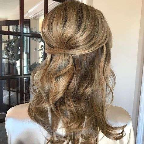 Dalgalı Modern Yarım Toplu Saç Modeli