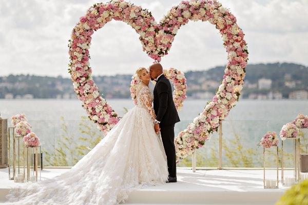 Brides Project - Çiçeklerle Kalp Düzenlemesi
