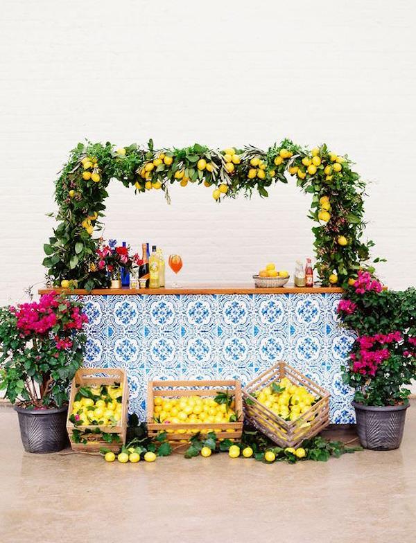 Limonlar ve Mavi Çiniyle Süslenmiş Bar