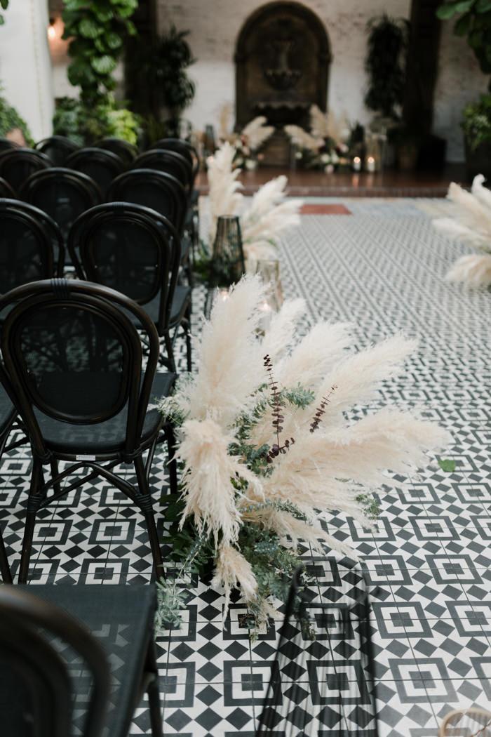Siyah Sandalyeler ve Pampa Otu Kullanılmış Modern Dekorasyon