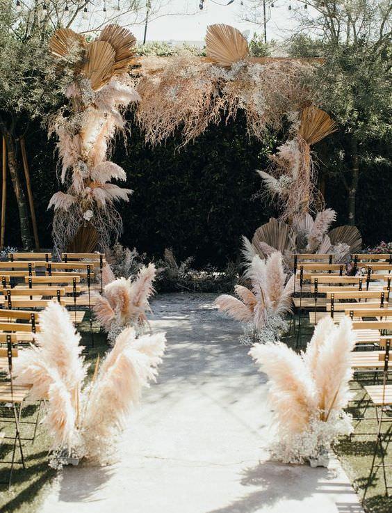 Pampas Otları ve Ahşap Sandalyelerle Süslenmiş Nikah Mekanı