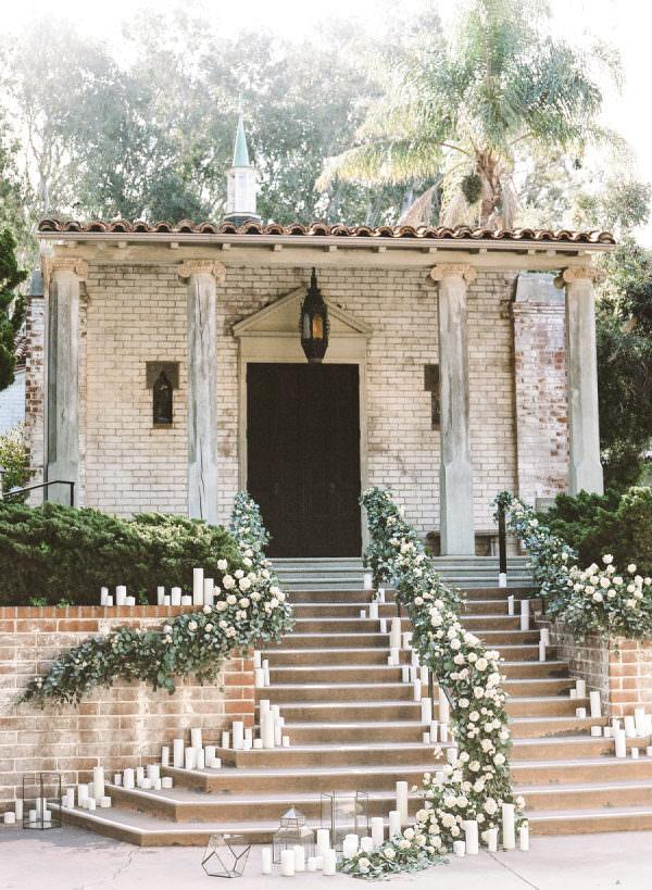 Beyaz Mum & Beyaz Gül ve Yapraklarıyla Süslenmiş Merdivenler